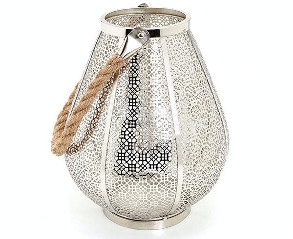 Lampáše nesmú chýbať vžiadnej africkej obývačke. Tie marocké sú zkovaného železa, skla alebo striebra, indické najmä zmosadze. Železný lampáš slanovým uškom predáva Zara Home.