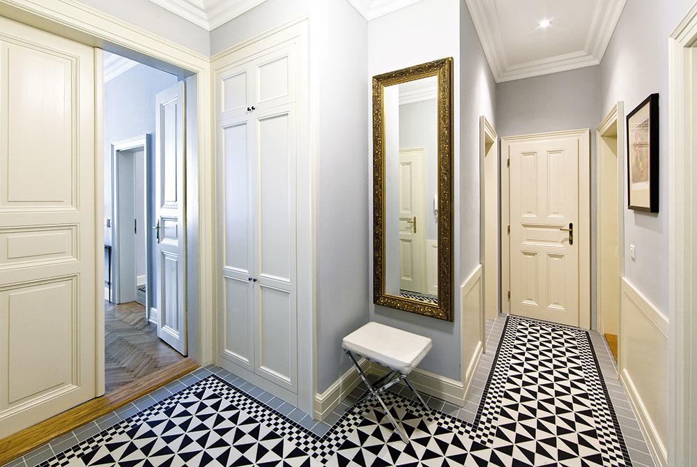 Vytvorenie odkladacích priestorov bolo jednou zdôležitých požiadaviek štvorčlennej rodiny. Architektka Kamila Ďuríková navrhla vbyte niekoľko vstavaných skríň, ktorých dvere dostali podobu inšpirovanú pôvodnými zachovanými dverami vbyte.