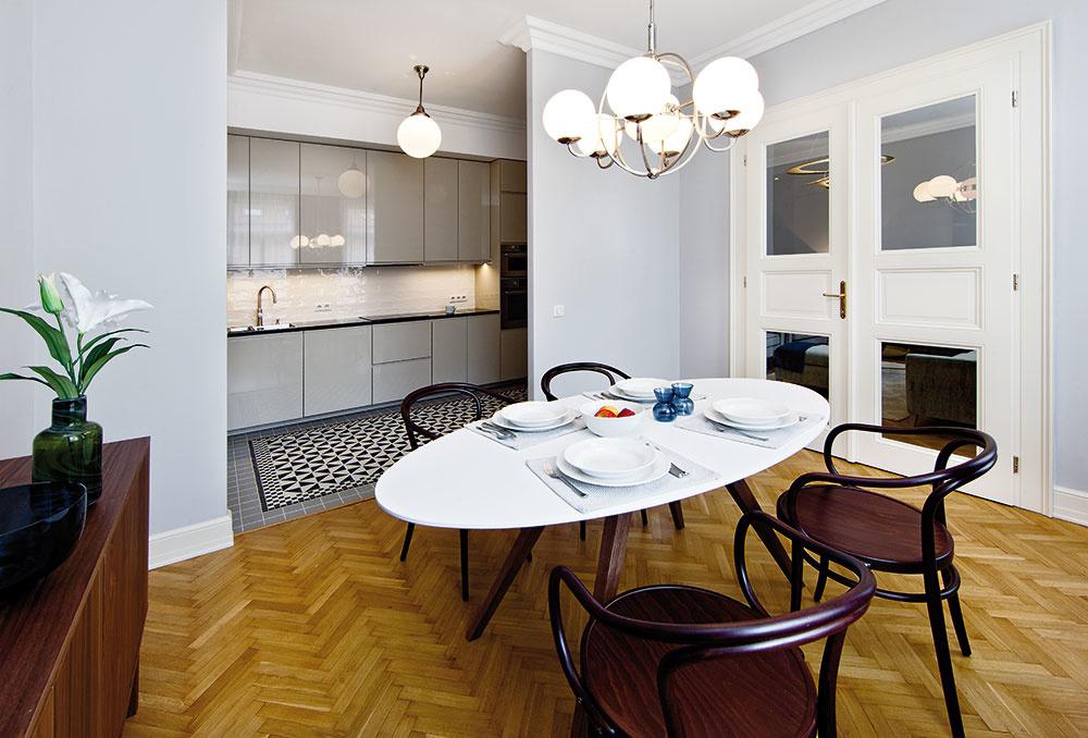 """Na steny zvolila Kamila jemné tóny, ktoré dotvárajú atmosféru staršieho bytu. Bielu tu, okrem stropov, takmer nenájdete. """"Pôsobila by veľmi surovo,"""" vysvetľuje architektka."""