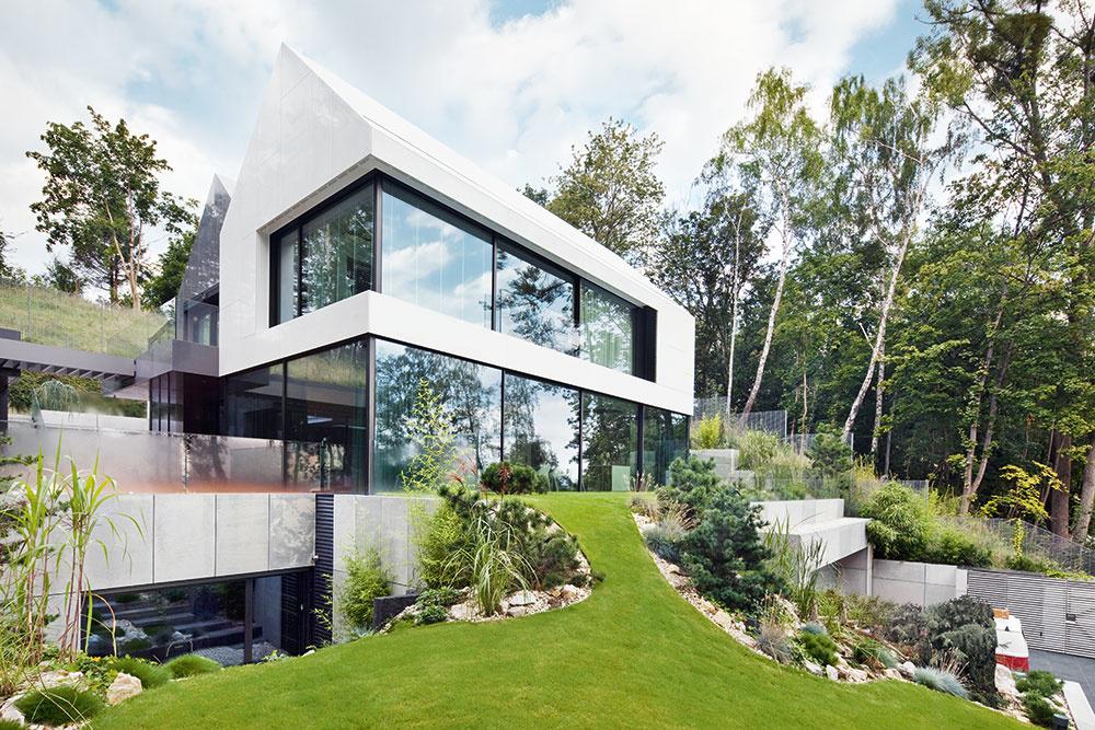 Posuvné zasklené dvere poskytujú panoramatické výhľady a umožňujú optický kontakt medzi jednotlivými priestormi. Architektúra sa zameriava hlavne na spojenie viditeľného charakteru budovy afunkčného vnútorného prostredia svýhľadom na more aokolitú prírodu. Pre maximálnu funkčnú a vizuálnu interakciu sa na všetkých troch podlažiach domu použili veľké zasklené plochy s úzkymi profilovými systémami posuvných dverí Schüco. Vďaka integrovanému systému pohonu Schüco e-slide je ich obsluha jednoduchá apohodlná. Jemne tónované trojité zasklenie spĺňa najvyššie požiadavky zhľadiska bezpečnosti, izolácie aslnečného odtieňa azároveň prepúšťa dostatok prirodzeného denného svetla.