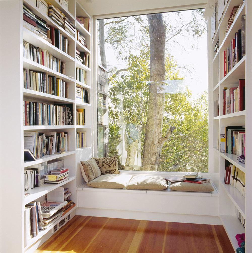 """MEDZI KNIHAMI  Ste vášnivým čitateľom? Výklenok sa výborne hodí do izby, vktorej dominujú knihy. Takou je nielen knižnica, ale ipracovňa alebo študentská izba. Sedenie pod oknom je ideálnym miestom pre """"kútik"""" na čítanie alebo klábosenie spriateľmi. Steny okolo okna môžu tvoriť rôzne police aregály. Napriek nim sa nebudete cítiť stiesnene. Výhľad do nekonečnej prírody útulný kútik opticky zväčší. ARCHINECT"""