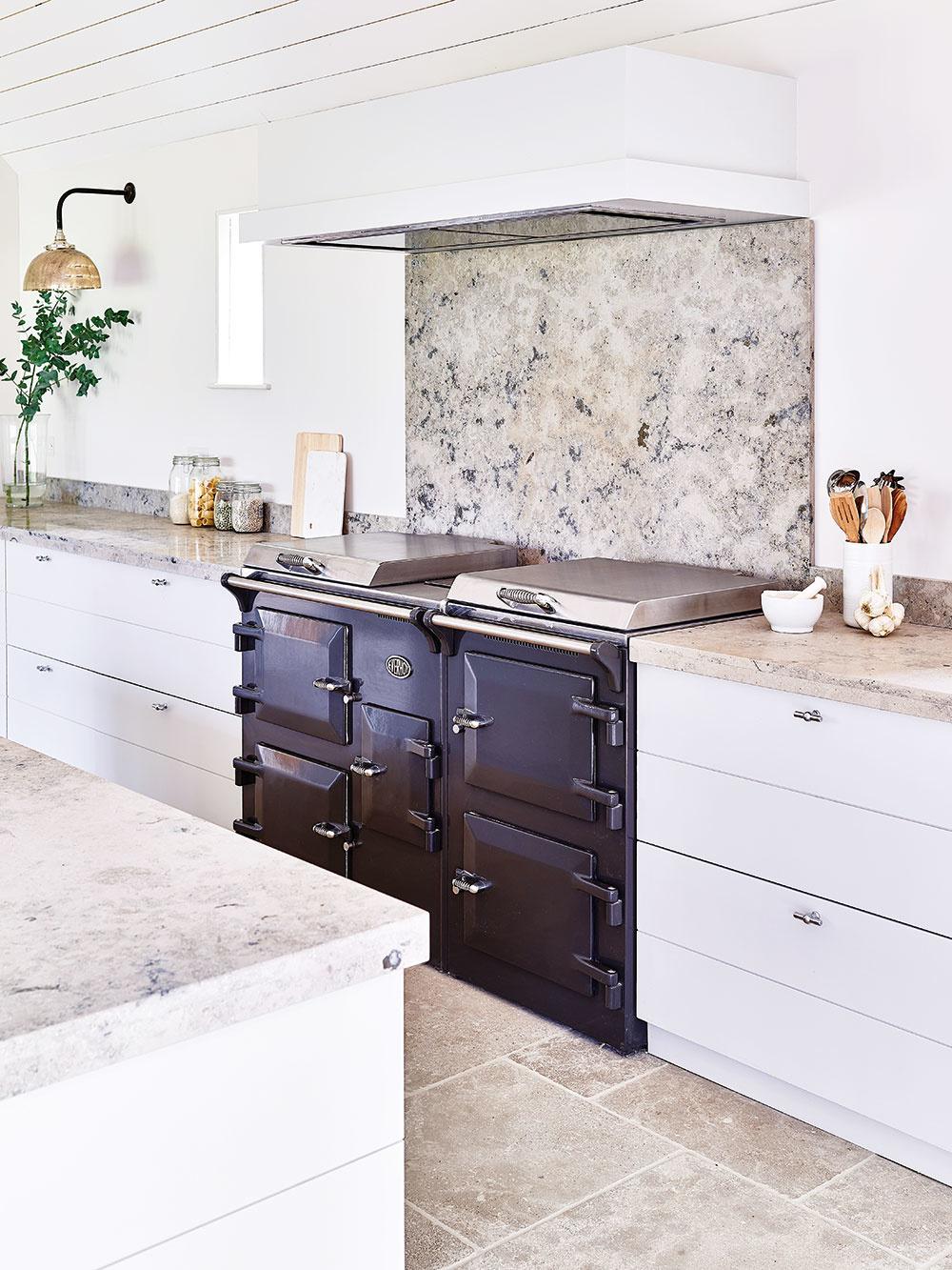 8 MATERIÁLY  Kuchyňu, podobne ako kúpeľňu, staviate na jedno iviac desaťročí, apreto na materiáloch nešetrite. Vyberte si to najkvalitnejšie, čo si môžete dovoliť, aby vaša kuchyňa nielen dobre vyzerala, ale aj dlho vydržala. Dlhou životnosťou sa vyznačuje napríklad prírodný aj umelý kameň, porcelán, väčšina kovov, meď anehrdzavejúca oceľ ivysokotlakový laminát. Správne ošetrené drevo alebo impregnovaný betón sú tiež dobrou amodernou voľbou. FOTO NEPTUNE/www.lanatura.cz