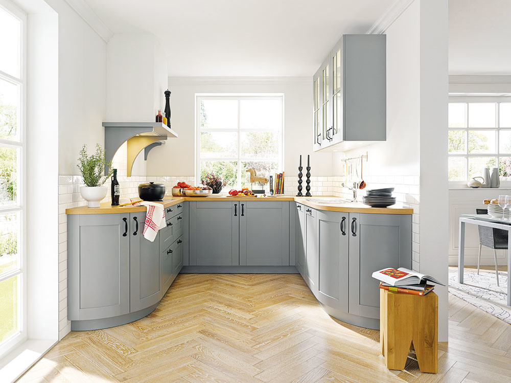 10 TYP PODLAHY  Podlaha vkuchyni je jedna znajnamáhanejších vrámci celého domu, preto venujte jej výberu dostatočnú pozornosť. Dôležité je zohľadniť tri zásadné veci: to, čo sa vám páči ahodí kcelkovému interiéru, to, aká je jej životnosť aako je náročná na údržbu. Zvoliť možno kuchynskú klasiku – keramiku či laminát, drevo, korok alebo vinyl. Ak vás láka niečo neopozerané, siahnite po betóne, alebo zvoľte liatu podlahu.