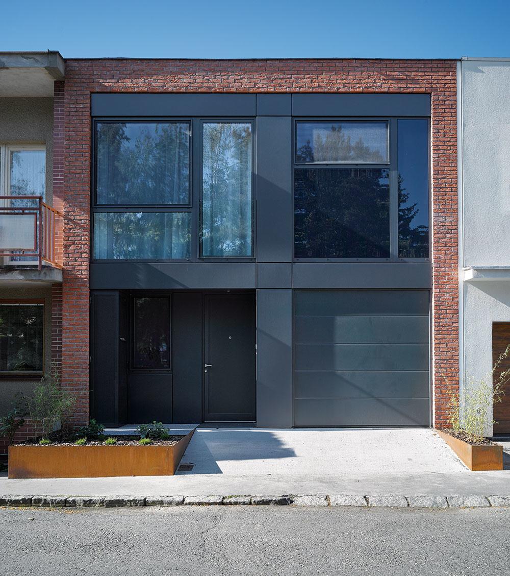 Charakteristickým prvkom pôvodnej zástavby boli tehly na fasáde, preto architekt isúčasnú podobu plášťa domu zvýraznili lemom zčervených tehál.