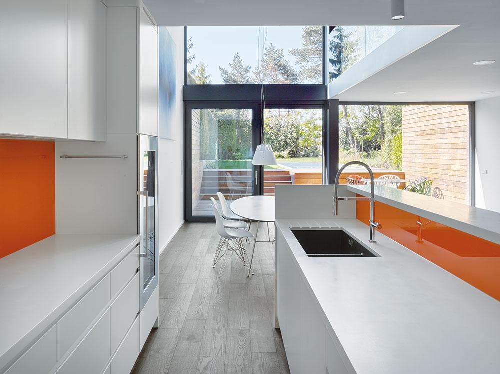 Vnútro domu je vybavené nábytkom vyrobeným na mieru. MDF dosky sú lakované polyuretánovým lakom.