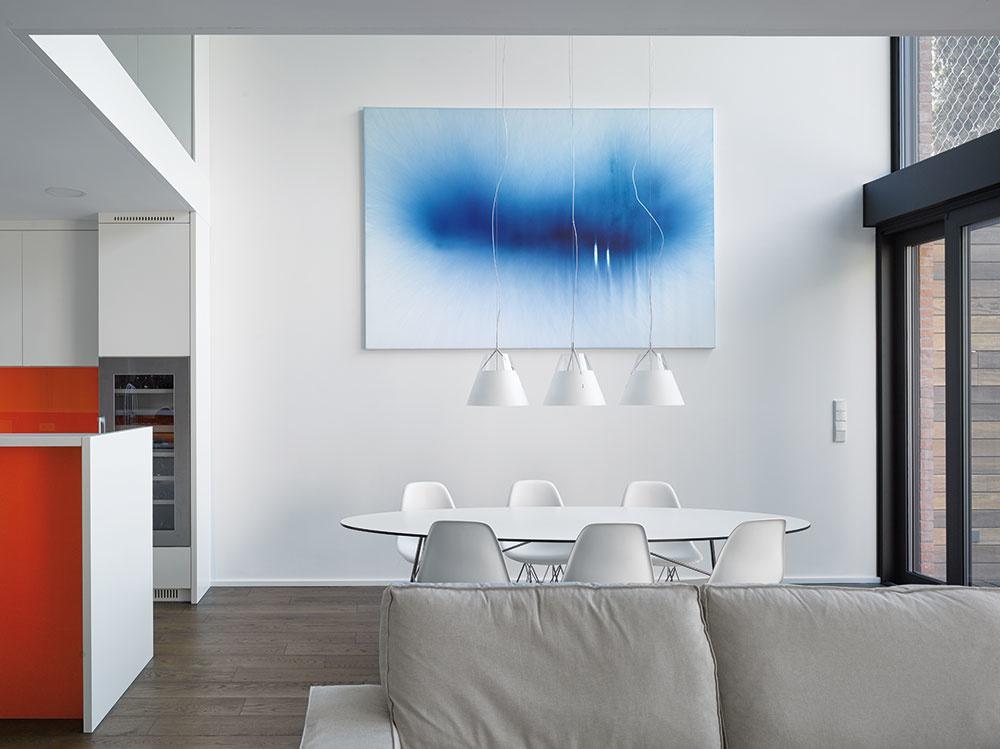 Celý interiér pôsobí jednoliato vďaka použitým materiálom, bielej farbe aopakujúcim sa vizuálnym prvkom.