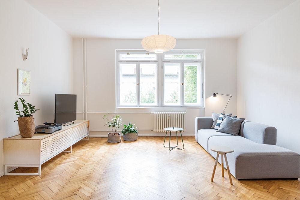 Obývacia izba je riešená vzdušne, sedačkou sčistými líniami akombináciou subtílnych konferenčných stolíkov.