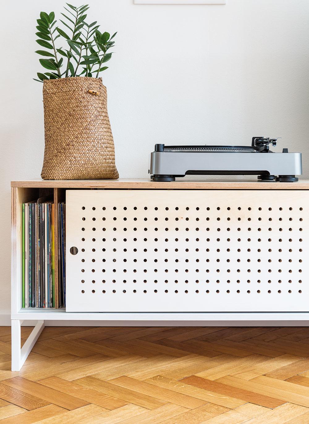 Kštýlu retro neodmysliteľne patrí gramofón aLP platne, ktoré potrebovali svoje miesto. Dlhú skrinku sperforovanými posuvnými dvierkami zpreglejky pre ne na mieru vyrobil stolár Ľubomír Špilák.