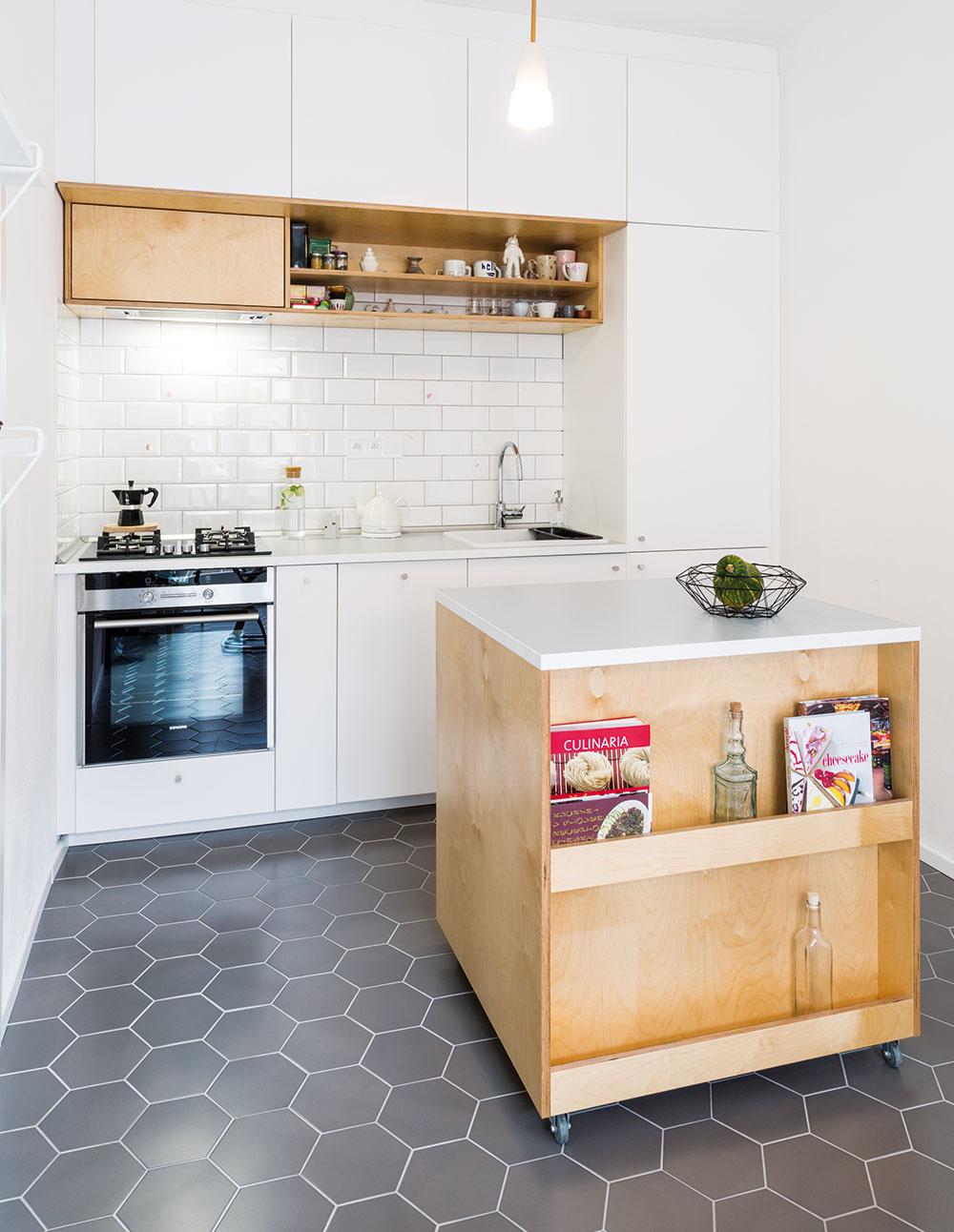 Šikovný kuchynský ostrov je pohyblivý azo strany jedálenského stola ponúka priestor na menšiu kuchársku knižnicu.
