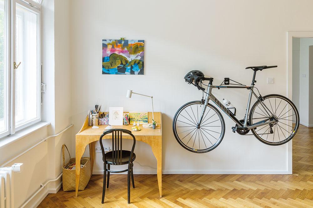 Malá pracovňa slúži najmä mladej umelkyni, ktorá často pracuje aj doma za stolom, navrhnutým Samuelom Rihákom. Svoje miesto si tu našiel ibicykel, zavesený na stene.