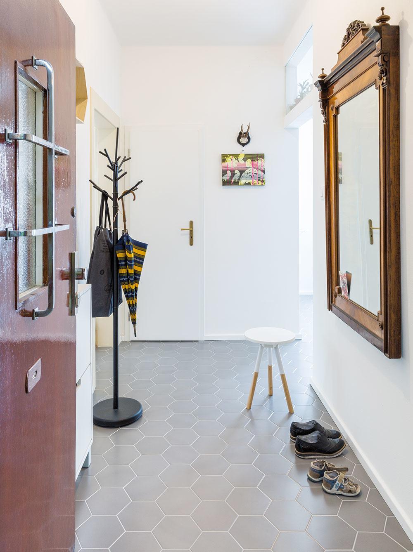Pôvodné retro dvere hneď po príchode odhalia celkový charakter bytu.