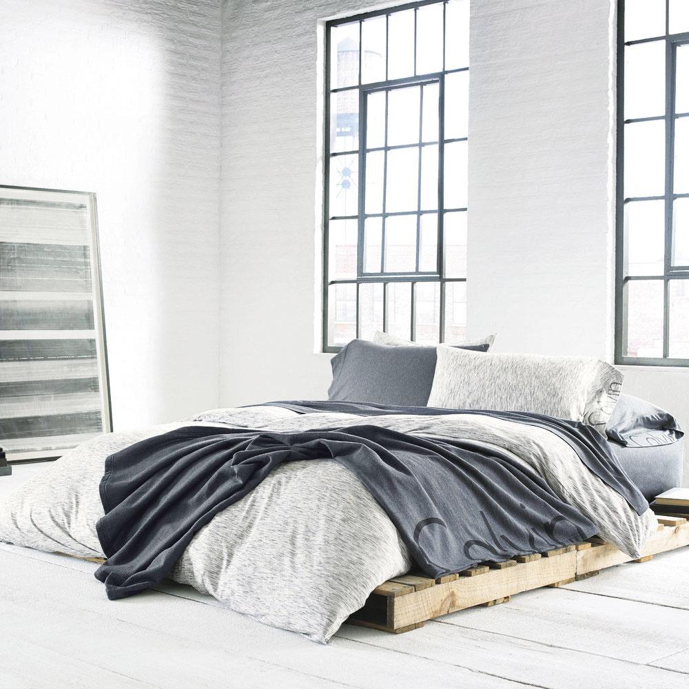 """Štýl 1 ORIGINÁLNA  Čoraz častejšie sa palety využívajú ako """"stavebný materiál"""" na výrobu rôzneho zariadenia do domácnosti. Výnimkou nie je ani posteľ. Ak ešte neviete, aký typ rámu by sa vám do spálne hodil, ako dočasné riešenie pokojne umiestnite matrac na paletovú zostavu. Spálňa bude pôsobiť originálnym sviežim dojmom aposteľ si budete môcť podľa potreby celkom jednoducho premiestniť do inej časti miestnosti."""