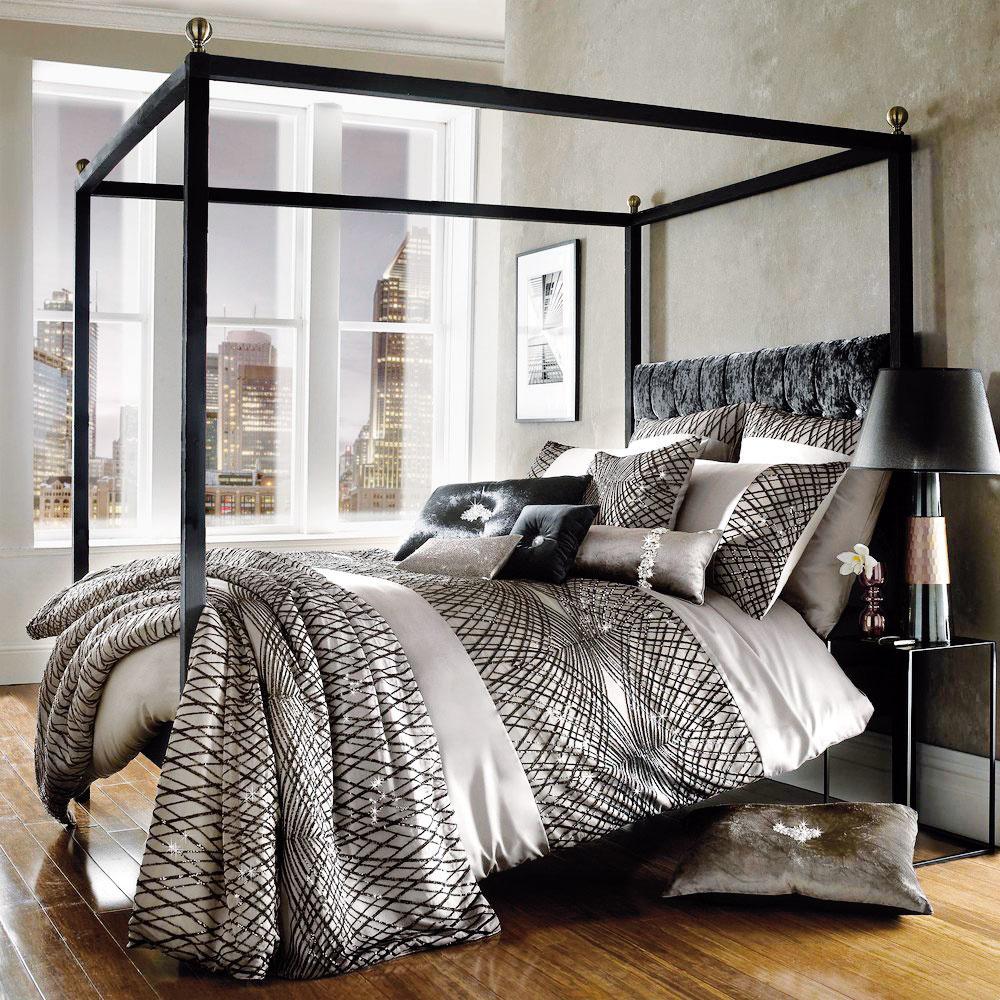 Štýl 2 POMPÉZNA  Ak chcete vymedziť aupriamiť pozornosť na priestor manželskej postele, použite konštrukciu zkovu alebo dreva, ktorá ju rámuje a pôsobí luxusne inetradične. Viaceré firmy, ktoré predávajú postele, ju majú vo svojej ponuke. Cez horné tyče navyše môžete prehodiť závesy avytvoriť tak baldachýn alebo rôzne dekorácie vpodobe svetelných reťazí či kvetináčov sťahavými rastlinami. Naozaj štýlové riešenie, čo poviete?  AMARA