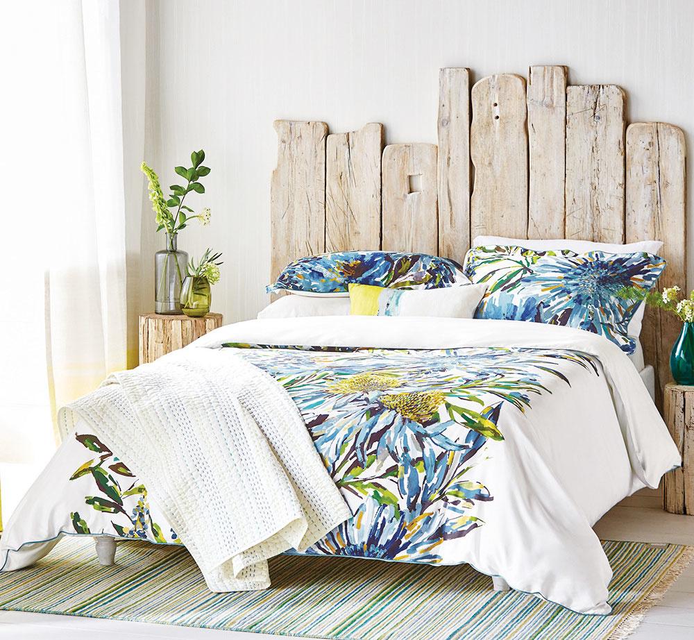 Štýl 4 PRÍRODNÁ  Čelo postele sa dá vyrobiť zčohokoľvek a fantázii sa tu medze nekladú. Ak vás neoslovilo klasické čalúnenie, použite drevené dosky rôznej dĺžky ašírky aoriginálne záhlavie postele máte na svete. Efekt patiny či stariny docielite špeciálnymi farbami, ktoré sú navyše ekologické, takže sa nemusíte báť nežiaducich výparov. Keď ktomu pridáte obliečky sflorálnym motívom, budete sa cítiť doslova ako vprírode. HARLEQUIN