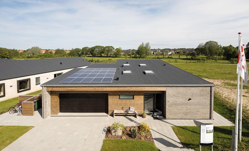 Typový dom pochádza od spoločnosti KFS Boligbyg, ktorá sa výstavbe aktívnych domov venuje systematicky. Sú to stavby tretieho tisícročia, ktoré šetria energiu atým aj životné prostredie azároveň poskytujú príjemnú azdravú vnútornú klímu.