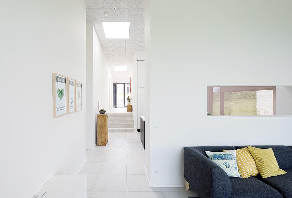 OKNÁ DO PLOCHÝCH STRIECH dokážu účinne eliminovať jednu znevýhod bungalovov – veľkú hĺbku priestorov. Do centra dispozície totiž prinášajú rozptýlené denné svetlo, ktoré predstavuje nielen príjemnejšie prostredie pre akúkoľvek činnosť, ale aj úsporu energie na umelé osvetlenie.