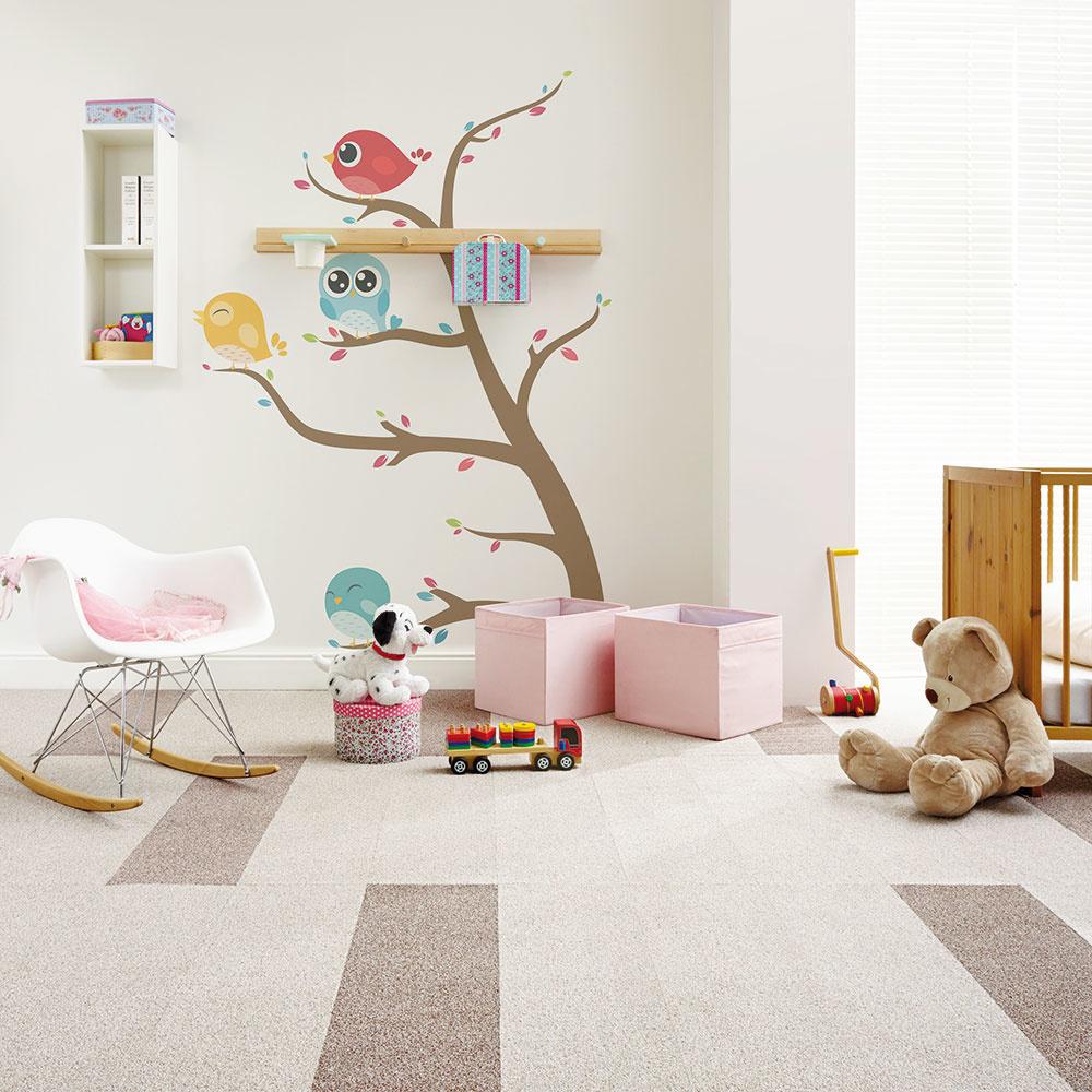 Štýl 1 TEPLO  Naozaj nič nepokazíte tým, ak na podlahu položíte mäkučký koberec. Deti na nej trávia veľa času ponorené do hrania, preto by mala byť podlahová plocha príjemná anajmä teplá. Na trhu sú koberce speknými detskými motívmi aveľmi praktické sú aj kobercové štvorce, ktoré môžete vprípade poškodenia či zašpinenia jednoducho vymeniť. Koberce sú vhodné aj pre alergikov, keďže prach sa vnich nevíri toľko, ako na hladkej laminátovej podlahe. BRENO