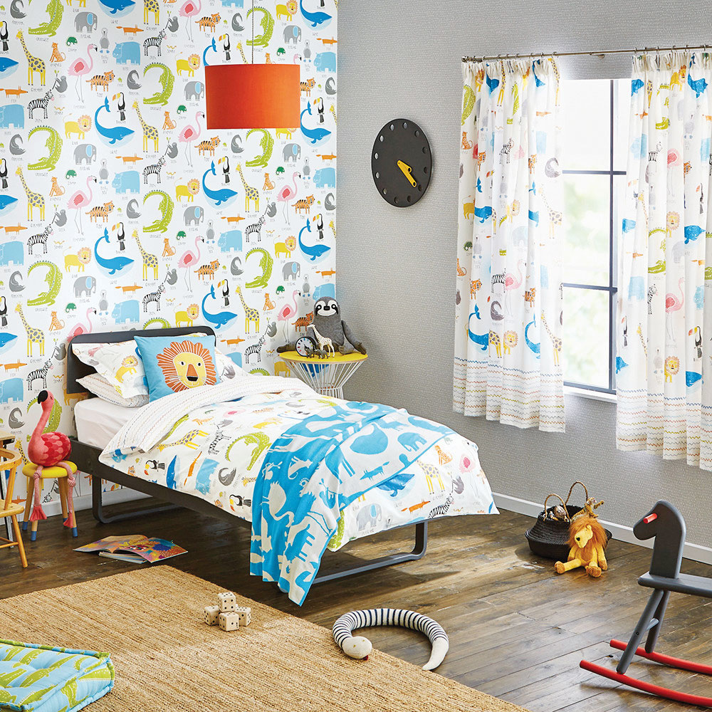 Štýl 3 FARBY  Detská izba má byť veselá a farebná, ale aj tu treba nájsť hranicu. Priveľa farieb a vzorov môže mať za následok zlý spánok alebo prehnanú aktivitu dieťaťa. Svoje emócie pri zariaďovaní detskej izby aj pre tých najmenších si treba ustrážiť. Vhodnejšie je vybrať nábytok a steny v jemných pastelových svetlých farbách a rozveseliť ich doplnkami, ako sú koberce, tapety či závesy. Tie sa dajú vždy pomerne jednoducho obmieňať. AMARA
