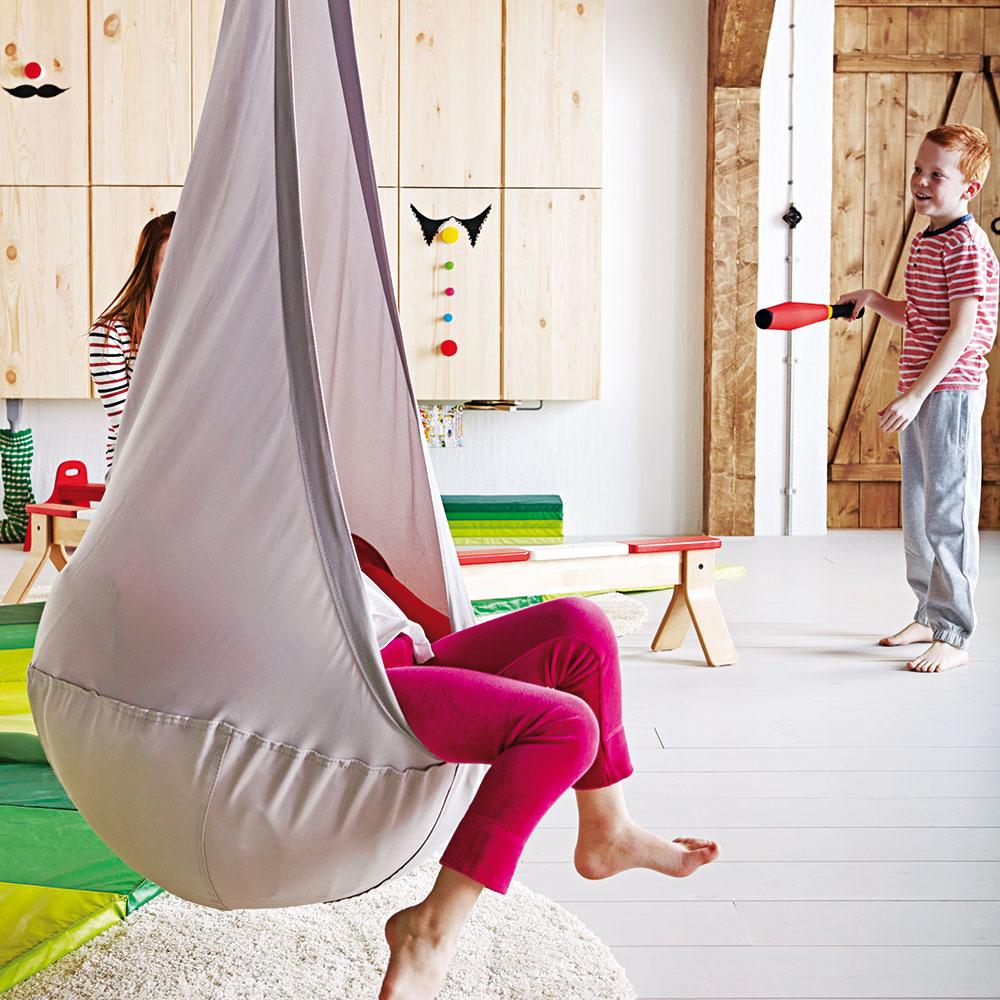 Štýl 4 KREATIVITA Nuž akaždý obyvateľ detskej izby v nej určite ocení okrem postele, písacieho stolíka askriniek aj čosi navyše. Pohodlný vak na ležanie, hojdačku, típí, závesný systém s kruhmi, hrazdu či žinenku. Tieto doplnky nútia deti nielen k pohybu, ale aj ku kreatívnemu mysleniu. Okrem svojho pokojného útočiska by preto mali mať vizbe aj určitý priestor na bláznenie auvoľnenie energie. IKEA