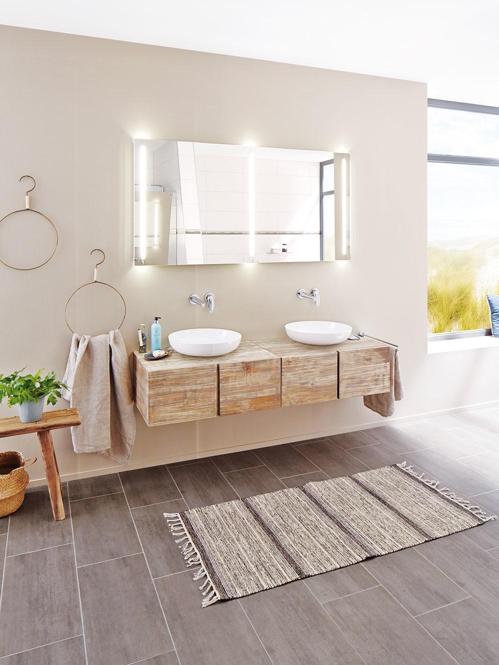 1 ROZMIESTNENIE  Ako prvé je potrebné brať do úvahy rozmery kúpeľne, ktoré môžu zabrzdiť vaše veľké plány. Ďalej by ste mali vedieť, čo preferuje vaše domáce osadenstvo anásledne si položiť niekoľko otázok: potrebujete len sprchový kút alebo aj vaňu? Stačí vám jedno umývadlo alebo dve? Pri používaní toalety máte radšej súkromie, alebo uprednostňujete väčší komfort aprepojenie skúpeľňou vám až natoľko neprekáža? Všetko si zapíšte, atak bude hneď zrejmé, čo všetko treba zvážiť. Ešte predtým, ako sa pustíte do samotného zariaďovania, je dôležité premyslieť, kde bude umiestnená práčka, prípadne sušička bielizne. Zvážte, či musia byť určite vkúpeľni, alebo či máte aj iné možnosti. FOTO KALDEWEI