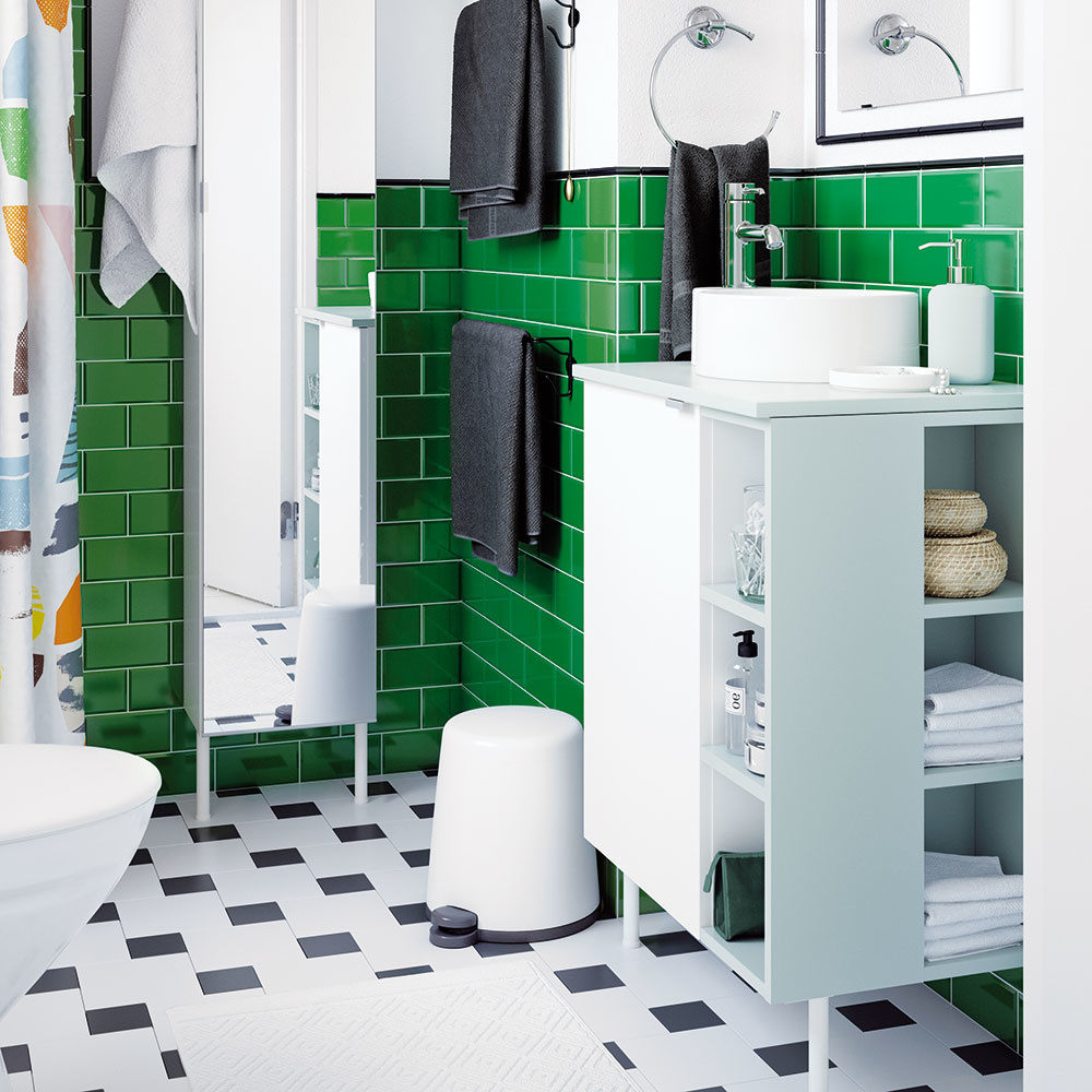 ŠTÝL 2 Farby avzory  Aj kúpeľňa môže byť pestrá, preto ak milujete farby avzory, vneste ich aj sem. Výrazný zelený obklad na stenách ladí sčiernobielou podlahou so štvorcovým vzorom. Takýto výrazný kontrast je dobré zjemniť svetlým nábytkom, napríklad vpastelovej mint farbe. Nezabudnite: kombinujte štyri farby adosť. Textílie voľte jednofarebné, podľa farby kúpeľne.
