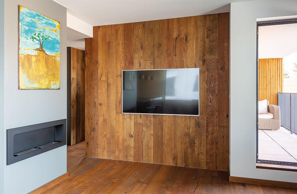 Vstene, kde je dnes zabudovaná obrazovka, boli pôvodne dvere do spálne. Tie však premiestnili do chodby, aby tak vobývačke vznikol využiteľnejší priestor.