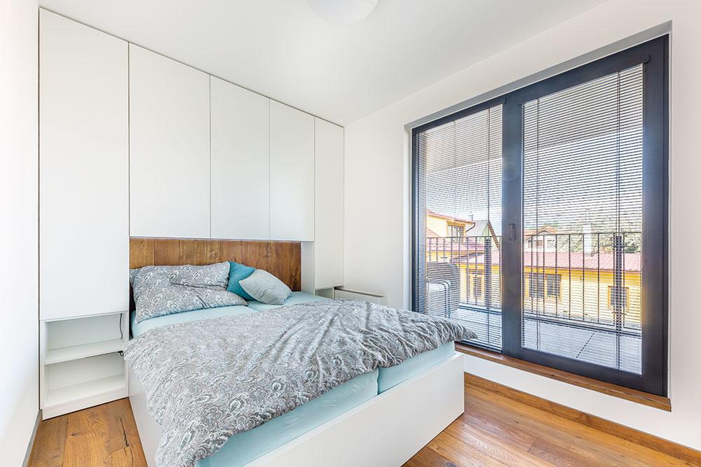 """Na balkón sa majiteľ dostane aj priamo """"zpostele"""". Veľké presklenie privádza do spálne dostatok denného svetla, zktorého sa pri otvorených dverách ujde aj tmavšej vstupnej chodbe."""