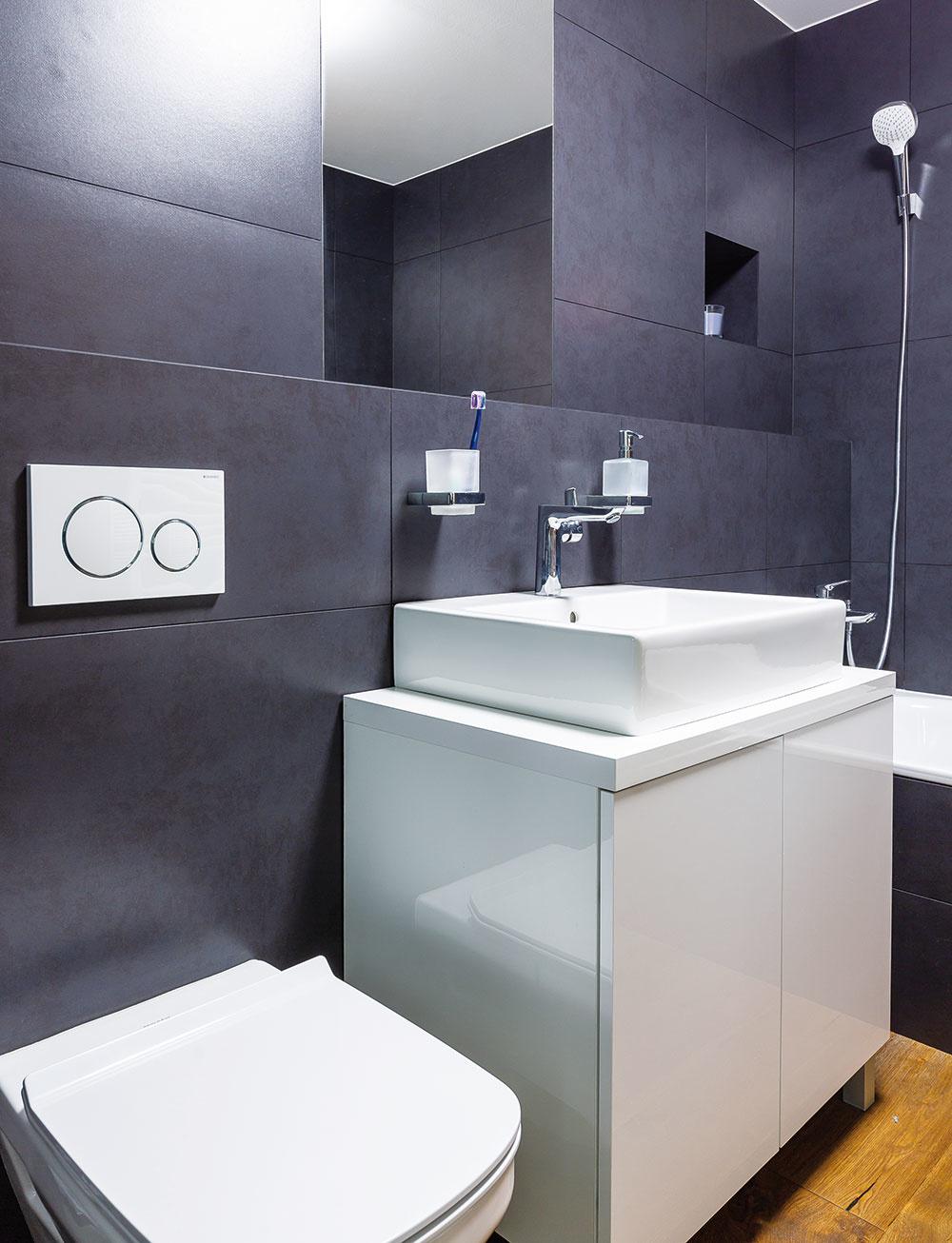 Kúpeľňa je pomerne priestranná,stenu nad vaňou ozvláštňuje nika, ktorá slúži ako odkladací priestor.