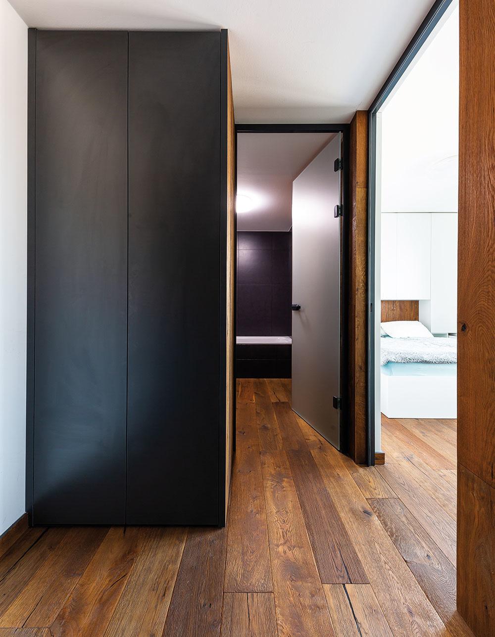 Chodba je využitá na úložné priestory. Čierna skriňa, vyrobená na mieru bez úchytiek, je taká nenápadná, že pôsobí dojmom, akoby to bol kus steny. Oproti nej je zasa roll-dor so zrkadlom, ktorý chodbu opticky zväčšuje.