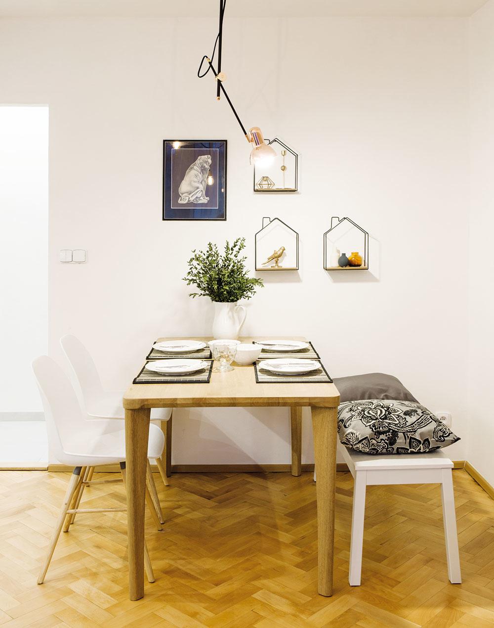 Jedálenský stôl funguje zároveň aj ako pracovný. Tu vznikajú Janine originálne kresby. Do budúcna by umelkyňa privítala pracovný kútik mimo jedálenskej časti, ktorý by využívala iba na svoje koníčky.
