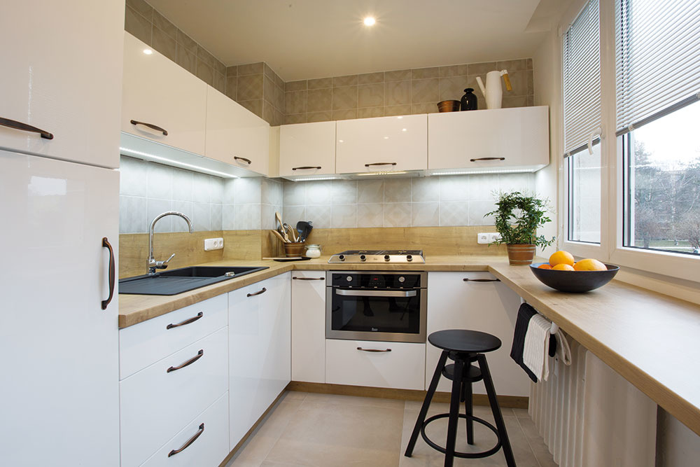 Odstránením vstavanej komory získala kuchyňa na metroch štvorcových. Vďaka tejto zmene vznikla nová kuchynská linka navrhnutá do tvaru U, vďaka čomu sa využíva priestor pod oknom.