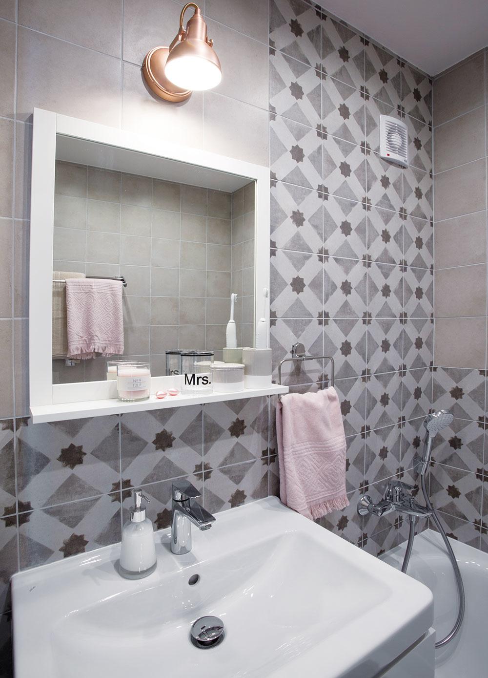 Dekoratívny obklad síce kúpeľňu opticky nezväčšil, ale opäť išlo ovytvorenie hrejivého prostredia.