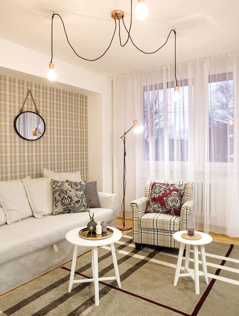 """Kockované """"retro"""" na tapetách, koberci aotomane spolu sjednoduchým severským dizajnom ostatných kusov nábytku vytvára útulné domácke zátišie. Tento neutrálny dekór umožňuje súžitie soriginálnymi fantazijnými kresbami."""