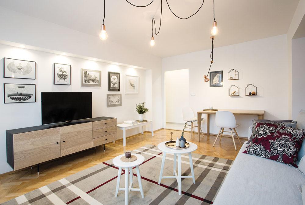 Vhodne rozmiestnené lampy abodové svietidlá nielenže navodzujú príjemnú atmosféru, ale na bielej stene vytvárajú imalú domácu galériu.