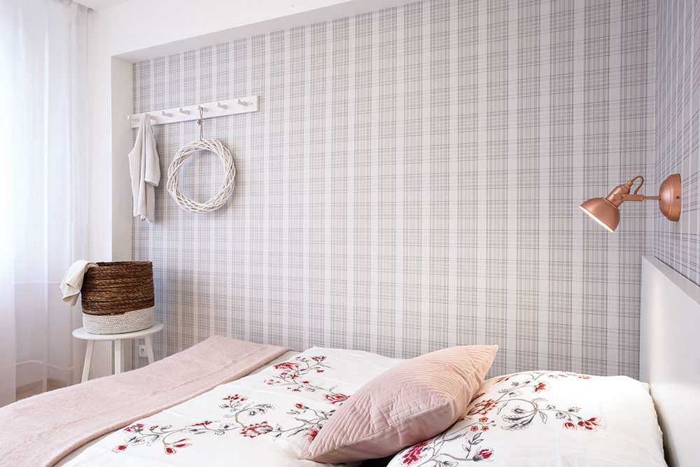 Spálňa je zariadená nadčasovo astriedmo vkombinácii bielej asivej. Vďaka romantickým textíliám ajemnej ružovej však nadobúda príjemne ženský charakter.