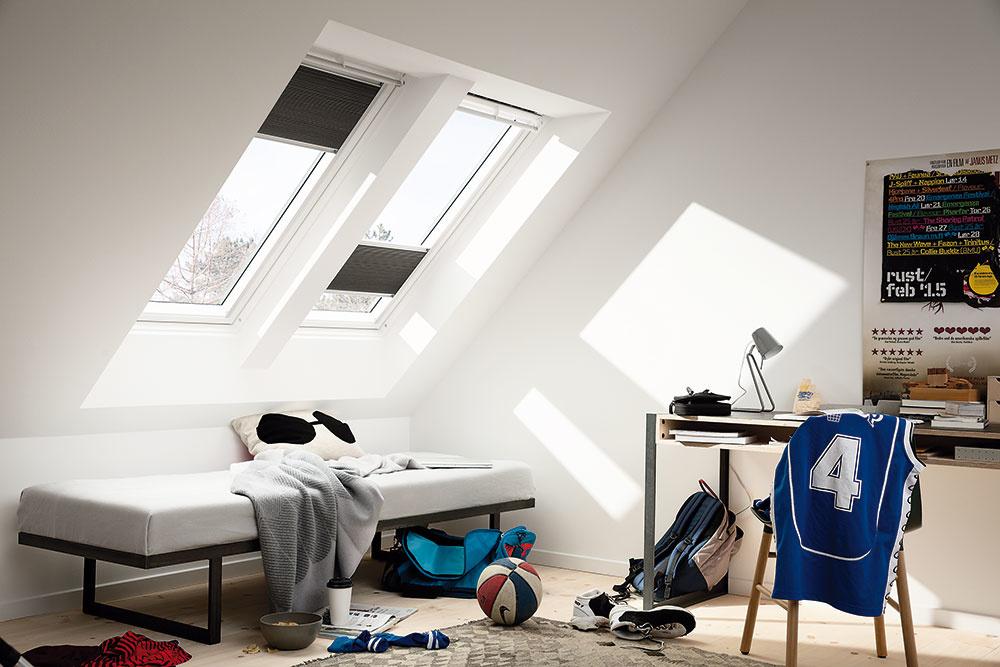 Umiestnenie strešných okien závisí od tvaru afunkcie danej miestnosti, sklonu strechy avýšky priečky. Strešné okná shorným ovládaním sa odporúčajú osadiť tak, aby spodná hrana (parapet) bola vo výške cca 90 cm od podlahy. So spodným ovládaním postačí 150 cm vzdialenosť od podlahy. www.velux.sk