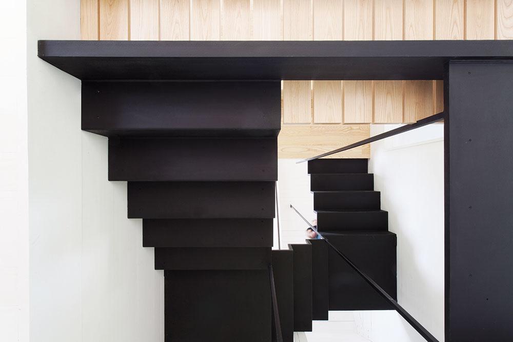 Pohľad zospodu na schodisko odhaľuje jeho konštrukciu. Všetky spoje sú elegantne skryté, atak pôsobí, akoby bolo zjedného kusu.
