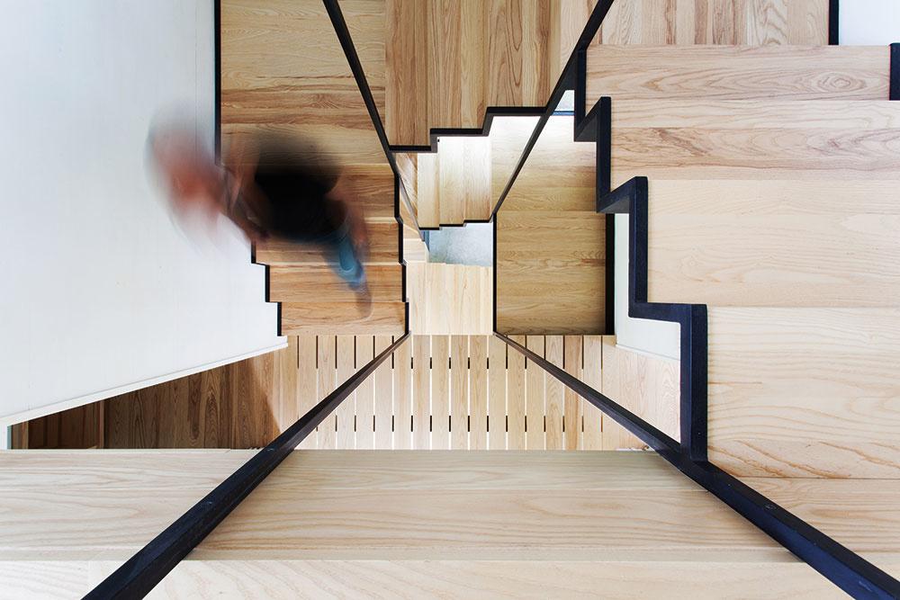 Originálne riešené oceľovo-drevené schodisko vedie stredom domu avposchodiach naň nadväzujú lávky. Celá konštrukcia môže niekomu pripomínať napríklad rebríkový systém stromového domu kdesi vdžungli. Avšak na rozdiel od chatrných pralesných konštrukcií tu máte istotu, že sa pod vami lávka nepretrhne.