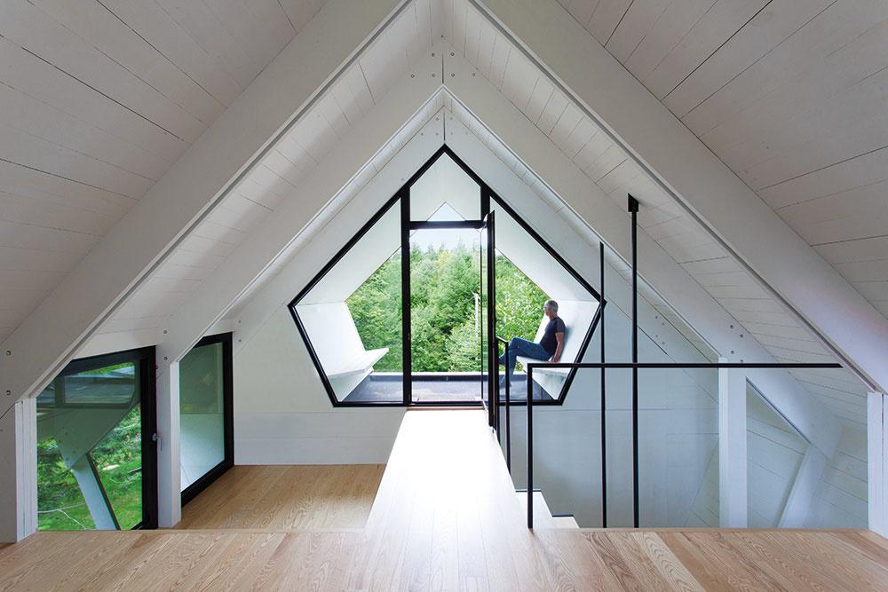 Unikátne miesto je ukryté na najvyššom poschodí domu. Je ním akási odpočinková terasa priamo vštíte strechy, ktorá sa nachádza medzi dvoma zasklenými plochami aje znej prekrásny výhľad do okolitej prírody.