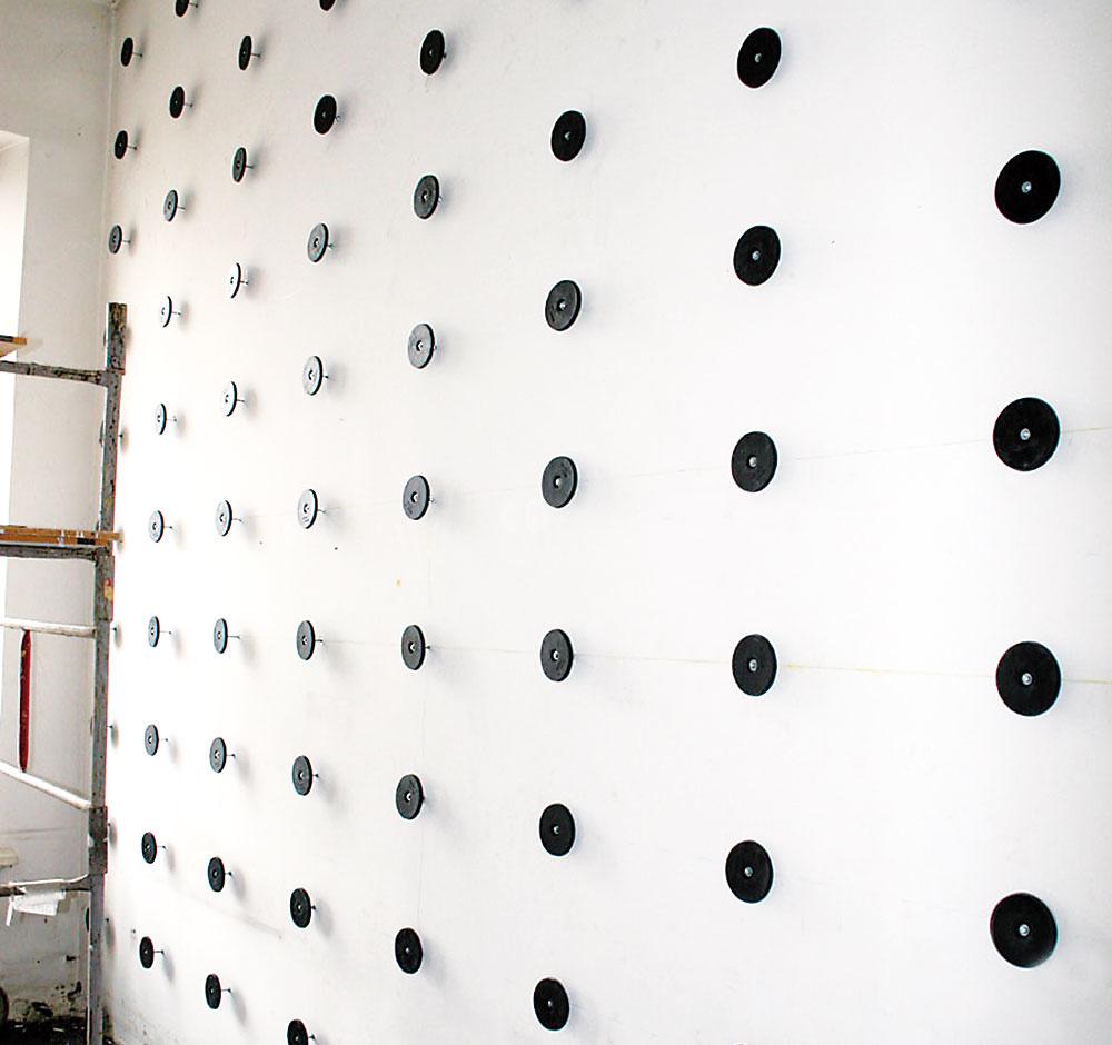 Prípadné nerovnosti stien či stropu možno preklenúť vďaka nastaviteľnej vzdialenosti tanierových kotiev od podkladu. Raster skotvami zároveň vytvára priestor na rozvody aizoláciu. www.hpi.cz
