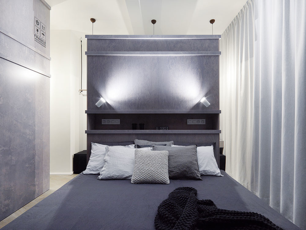 Veľká posteľ, umiestnená uprostred izby, je dominantou spálne. Za jej vysokým čelom je ukrytý šatník.