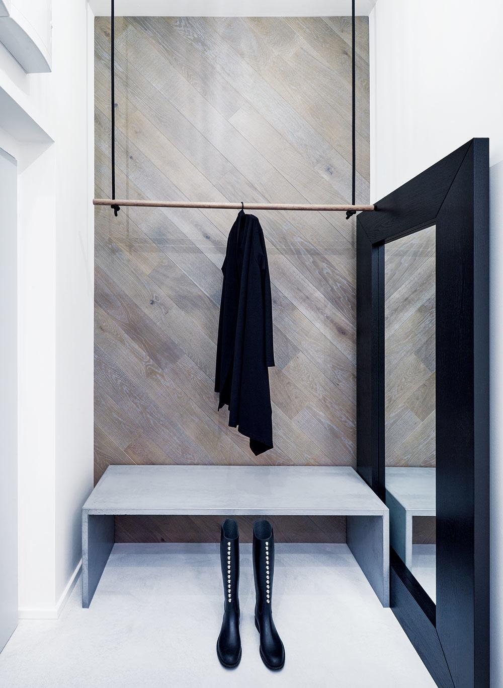 Hojdačka ako vešiak na kabáty – tentonetradičný interiérový prvok vás privíta hneď pri vstupe do bytu. Rovnakú myšlienku rozvinuli architekti aj prioriginálnom sedení pri kuchynskom ostrove.