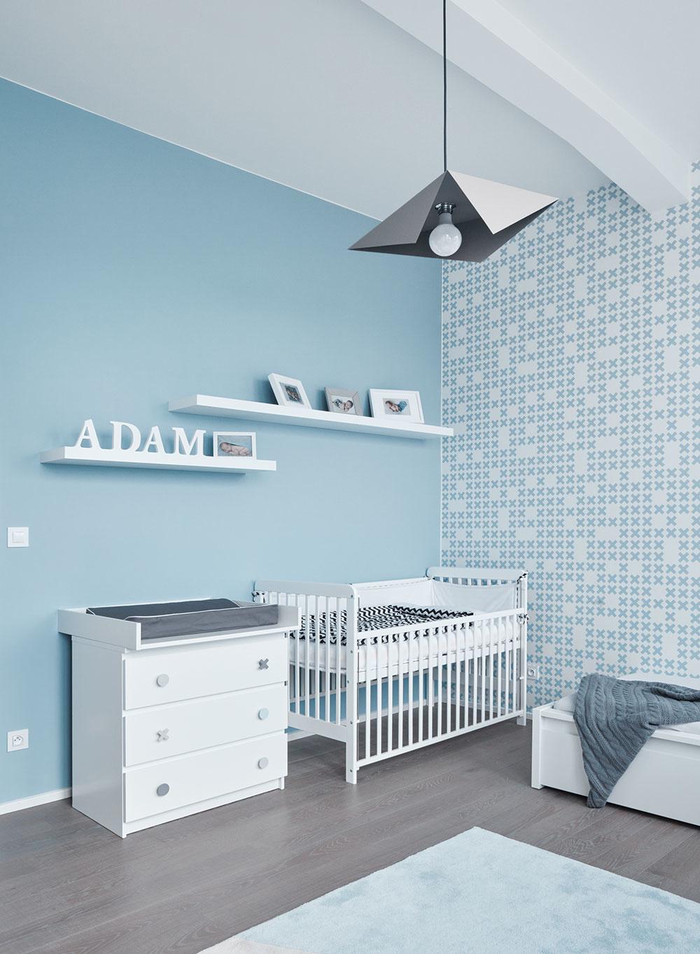 Detskej izbe vládne striedmosť, zjemnená príjemným svetlým odtieňom modrej ajednoduchým geometrickým vzorom na tapete.