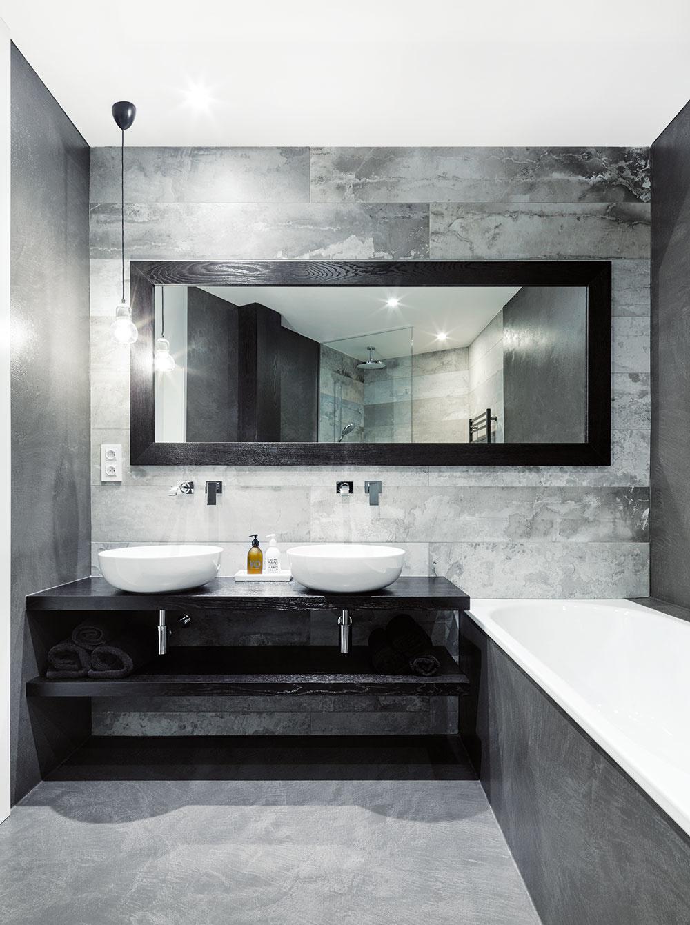 Kúpeľne arodičovská spálňa sú jedinými tmavšími miestnosťami vinak veľmi svetlom byte. Tmavé odtiene tu podporujú atmosféru relaxácie auvoľnenia.