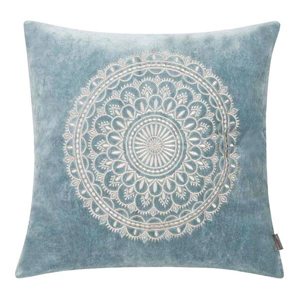 DEKORATÍVNY VANKÚŠ Orient od značky Florissima, 100 % bavlna – zamat, 45 × 45 cm, 35,90 €, www.naturedecor.sk
