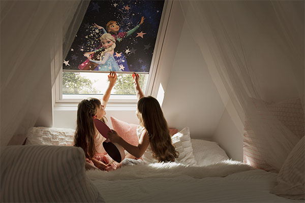 Vďaka novým roletám môžu malé princezné zaspávať aj s pohľadom na Annu alebo Elsu z Ľadového kráľovstva. © Disney