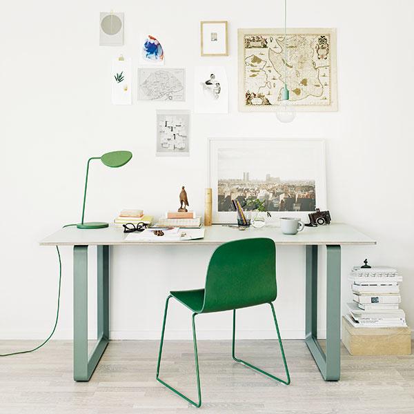 Zelená farba symbolizuje harmóniu avitalitu, čerstvosť isviežosť aprináša pokoj našim zmyslom. Do pracovne je teda ideálna. Ak nie na ploche celej steny, potom aspoň vo forme doplnkov. Zelenú do pracovne môžete zakomponovať aj vpodobe živých rastlín, ktoré okrem pozitívneho vyžarovania produkujú aj kyslík potrebný na kreativitu, takže sa vám bude nielen dobre dýchať, ale aj skvele tvoriť.