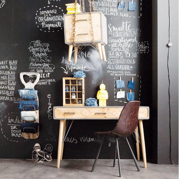 Nábytok si hneď nemusíte vešať na reťaz, ale inšpirovať sa môžete viných smeroch. Steny natreté čiernou tabuľovou farbou priam lákajú všetky kreatívne duše, aby ich popísali svojimi nápadmi, tabuľkami čigrafmi. Pracovňa je na takýto umelecký únik priam ideálna, nehovoriac oušetrenom papieri. Na stenu primontujte držiak na časopisy, drevené štipce na poznámky agarantujeme vám, že pracovať sa tu bude jedna radosť.