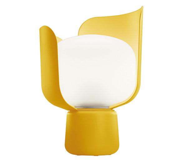 Blomod značky FontanaArte, polyetylén, polykarbonát, lakovaný hliník, výška 24 cm, priemer 15 cm, viac farieb, 151 €, www.connox.com