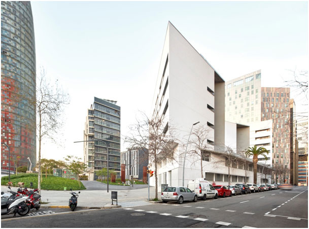 Hlavná cena_ Life Challenge Award 2018 Collective housing and health centre, Barcelona, Spain